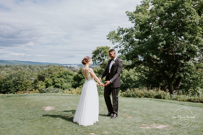 Golf club wedding first look. First look au club de golf du Château Montebello. Fairmont Le Château Montebello wedding. Ottawa photographer.