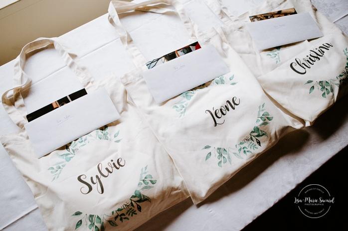Bride giving gift bag to bridesmaids. Bridesmaids crying. Mariage au Château Montebello. Fairmont Le Château Montebello wedding. Ottawa photographer.