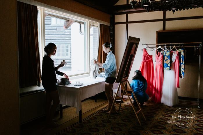 Bride getting ready with bridesmaids and mother. Mariage en Outaouais. Fairmont Le Château Montebello wedding. Ottawa photographer.