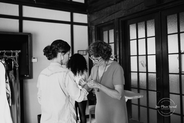 Bride getting ready with bridesmaids and mother. Mariage en Outaouais. Fairmont Le Château Montebello wedding. Ottawa photographer.