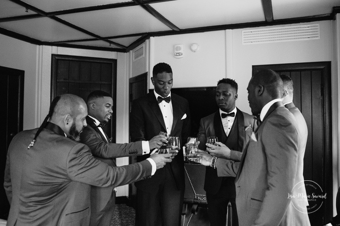 Groom having a drink with groomsmen. Mariage en Outaouais. Outaouais wedding. Ottawa photographer.