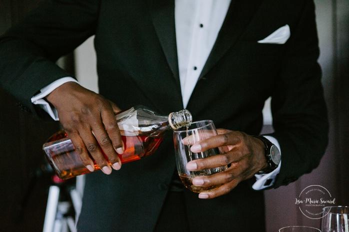 Groom having a drink with groomsmen. Mariage en Outaouais. Outaouais wedding. Ottawa photographer.