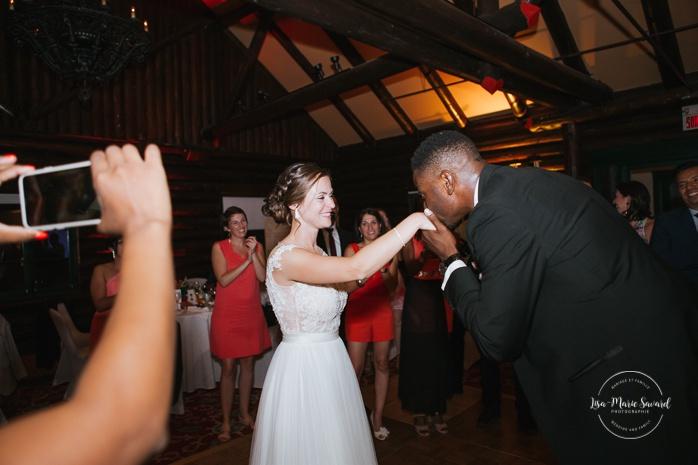 Groom surprises his bride by singing during reception. Salle Héritage. Mariage en Outaouais. Outaouais wedding. Ottawa photographer.