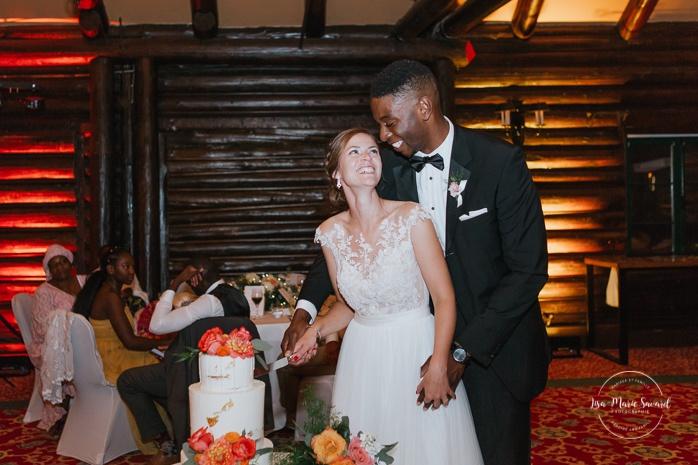 Wedding cake cutting. Salle Héritage. Mariage en Outaouais. Outaouais wedding. Ottawa photographer.