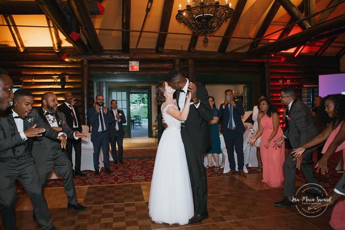 Bride and groom entering wedding reception. Salle Héritage Château Montebello. Mariage en Outaouais. Fairmont Le Château Montebello. Ottawa photographer.
