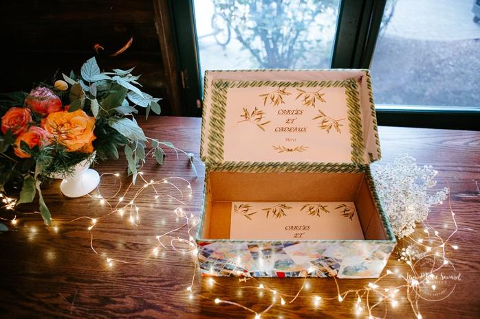 Wedding card box with fairy lights. Salle Héritage Château Montebello. Mariage en Outaouais. Fairmont Le Château Montebello. Ottawa photographer.