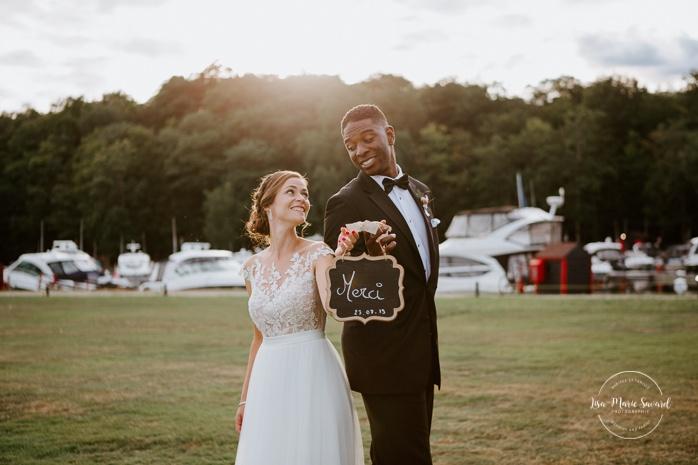 """Wedding """"Thank you"""" picture idea. African American groom and Caucasian bride. Mariage en Outaouais. Fairmont Le Château Montebello outdoor wedding. Ottawa photographer."""