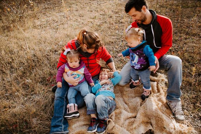 Family photos with boy and twin girls. Fall mini session. Fall family photos. Minis séances d'automne au Saguenay. Photographe de famille au Saguenay.