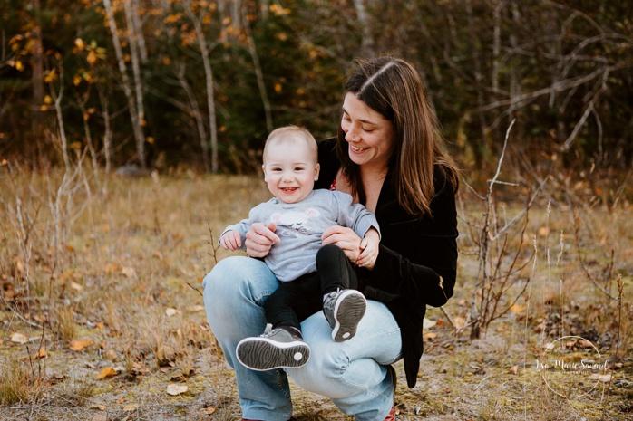 Family photos with dog. Fall mini session. Fall family photos. Minis séances d'automne au Saguenay. Photographe de famille au Saguenay.