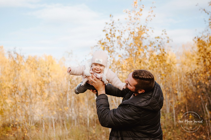 Family photos with baby girl and dog. Fall mini session. Fall family photos. Photos d'automne à Jonquière. Photographe de famille au Saguenay.