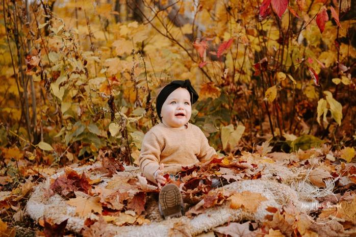 Family photos with baby girl and dog. Fall mini session. Fall family photos. Minis séances d'automne au Saguenay. Photographe de famille au Saguenay.