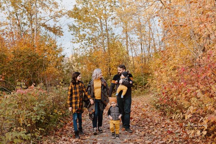 Family photos with girl and boys. Fall mini session. Fall family photos. Minis séances d'automne au Saguenay. Photographe de famille au Saguenay.