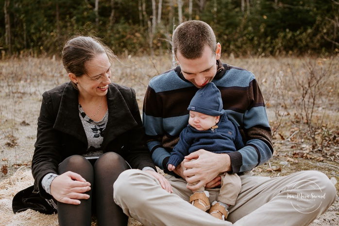 Family photos with three months old. Fall mini session. Fall family session. Minis séances d'automne au Saguenay. Photographe de famille au Saguenay.