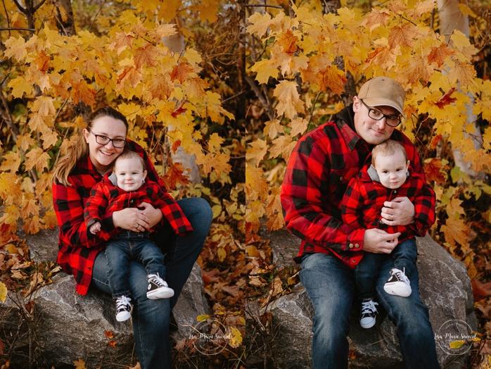Family photos with baby boy plaid shirts. Fall mini session. Fall family photos. Photos d'automne à Jonquière. Photographe de famille au Saguenay.