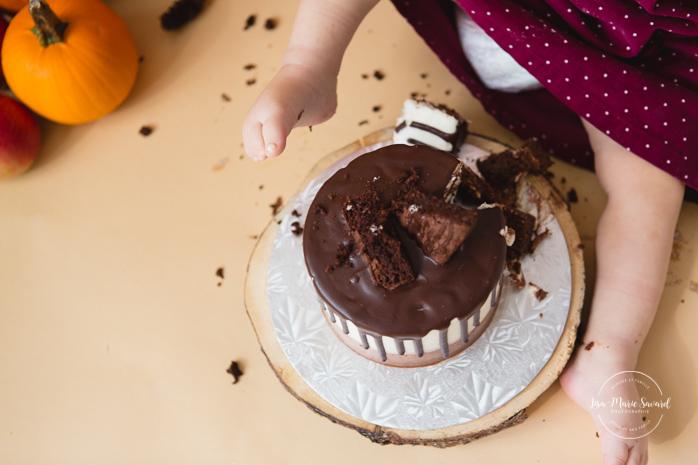 Fall Smash the Cake session. Autumn Smash the Cake decor. Pumpkin Cake Smash bath. Séance Smash the Cake d'automne à Montréal. Smash the Cake avec citrouilles. Montreal Smash the Cake Photographer.