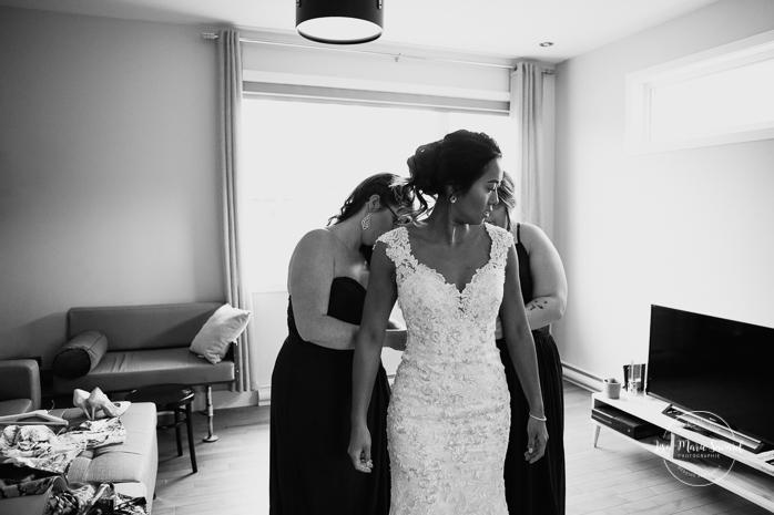 Bridesmaids helping bride put on dress. Asian bride getting ready with four bridesmaids. Mariage à l'Orée des Champs en automne. Orée des Champs Saint-Nazaire Saguenay-Lac-Saint-Jean. Photographe de mariage Saguenay.