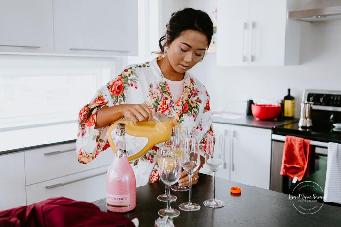 Asian bride preparing mimosa for bridesmaids. Mariage à l'Orée des Champs en automne. Orée des Champs Saint-Nazaire Saguenay-Lac-Saint-Jean. Photographe de mariage Saguenay.