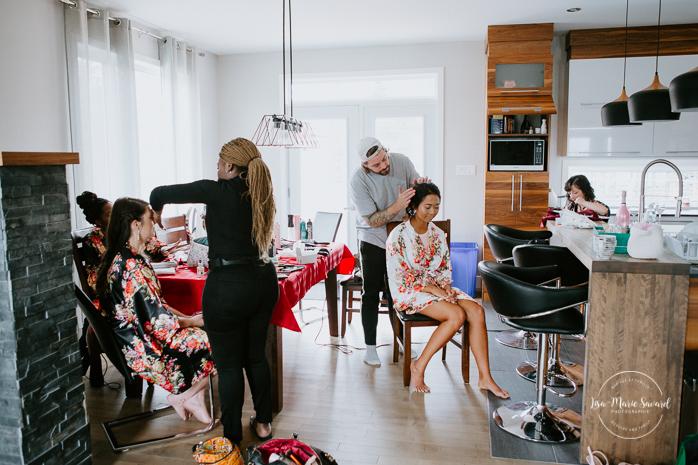 Asian bride getting ready with four bridesmaids at home. Mariage à l'Orée des Champs en automne. Orée des Champs Saint-Nazaire Saguenay-Lac-Saint-Jean. Photographe de mariage Saguenay.