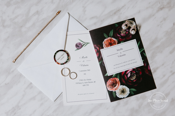 Dark floral wedding invitation. Asian bride getting ready with four bridesmaids. Mariage à l'Orée des Champs en automne. Orée des Champs Saint-Nazaire Saguenay-Lac-Saint-Jean. Photographe de mariage Saguenay.