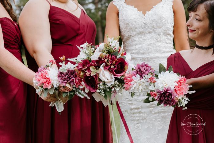 Bride with four bridesmaids. Mixed wedding with Asian bride and Black groom. Mariage en automne au Saguenay. Saint-Nazaire Saguenay-Lac-Saint-Jean. Photographe de mariage Saguenay.