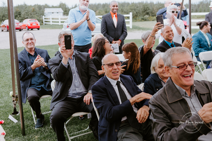 Fall barn wedding. Fall outdoor wedding ceremony. Mixed wedding with Asian bride and Black groom. Mariage à l'Orée des Champs en automne. Orée des Champs Saint-Nazaire Saguenay-Lac-Saint-Jean. Photographe de mariage Saguenay.