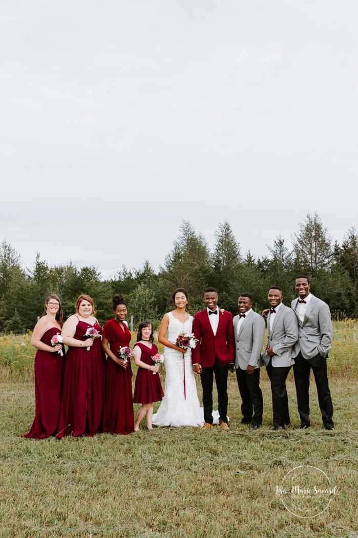 Uneven wedding party with four bridesmaids and three groomsmen. Mixed wedding with Asian bride and Black groom. Mariage en automne au Saguenay. Saint-Nazaire Saguenay-Lac-Saint-Jean. Photographe de mariage Saguenay.