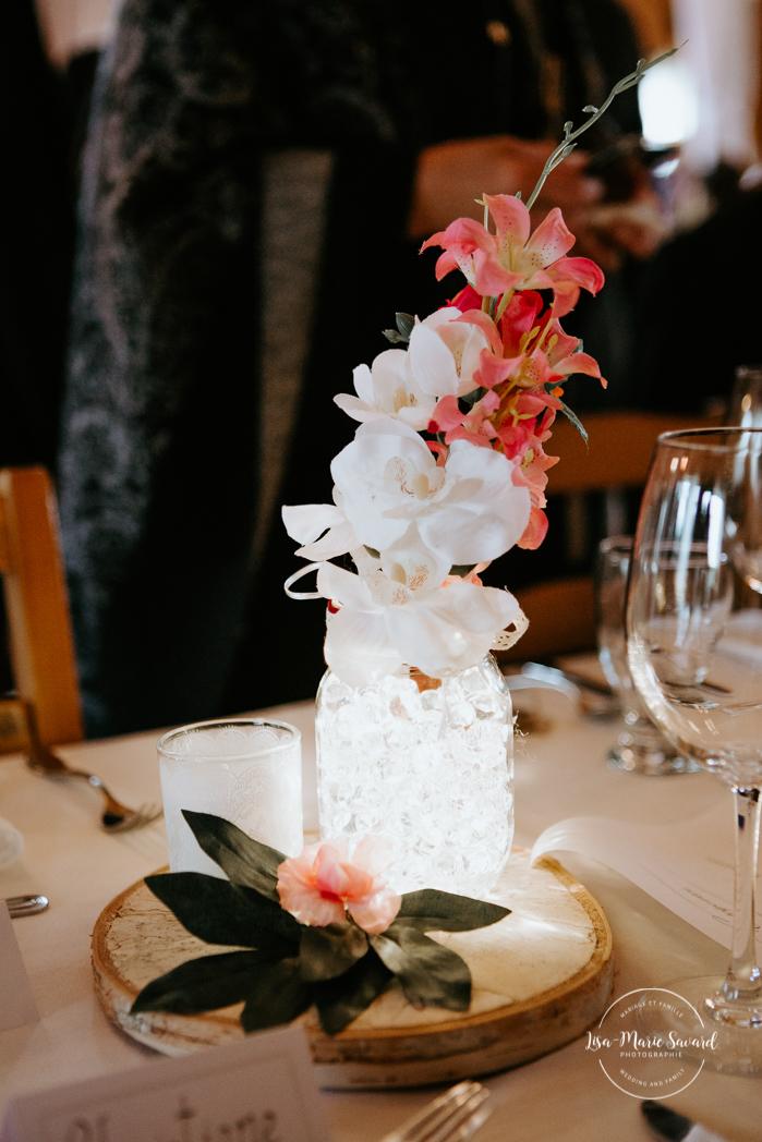 Rustic chic wedding decor. Glass center piece with flowers. Barn wedding reception. Mariage à l'Orée des Champs en automne. Saint-Nazaire Saguenay-Lac-Saint-Jean. Photographe de mariage Saguenay.