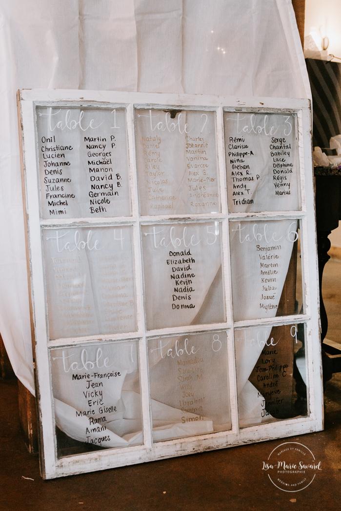 Rustic chic wedding decor. Seating chart written on old glass window. Barn wedding reception. Mariage à l'Orée des Champs en automne. Saint-Nazaire Saguenay-Lac-Saint-Jean. Photographe de mariage Saguenay.
