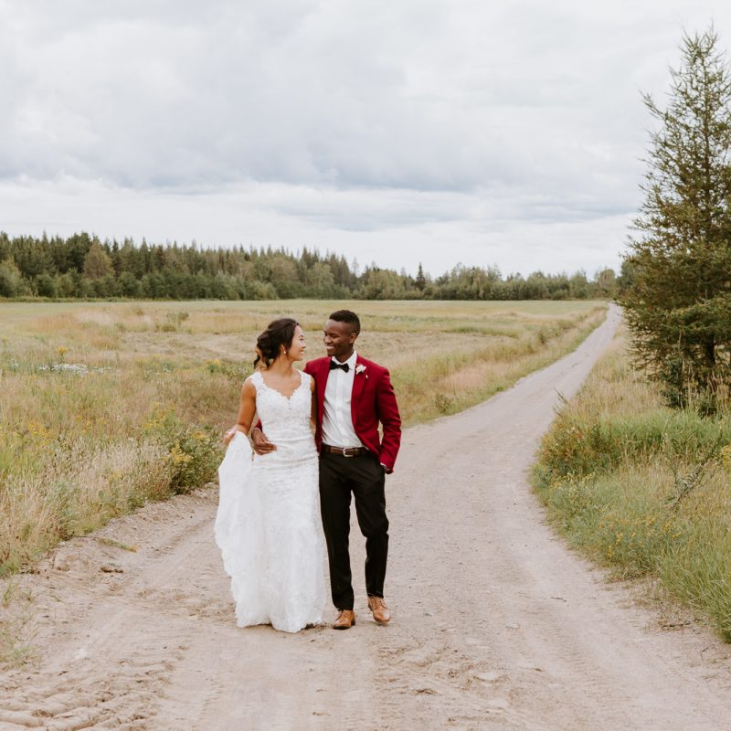 Asian bride and Black groom wedding photos. Mariage en automne au Saguenay. Saint-Nazaire Saguenay-Lac-Saint-Jean. Photographe de mariage Saguenay.