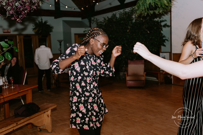 Wedding guests dancing on the dance floor. Same sex wedding photos. Lesbian wedding photos. Intimate summer camp LGBTQ+ wedding. Mariage au Cap-Saint-Jacques à Pierrefonds. Mariage LGBTQ+ à Montréal. Montreal LGBTQ+ wedding.