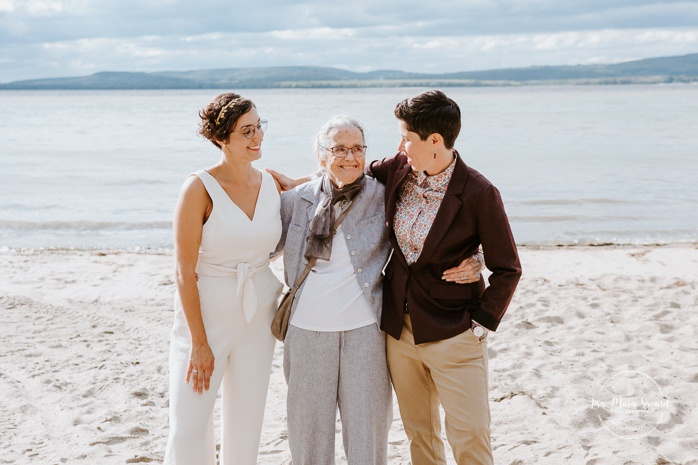 Same sex wedding photos. Two brides with grandmother. Intimate summer camp LGBTQ+ wedding. Mariage LGBTQ+ à Montréal. Montreal LGBTQ+ wedding.