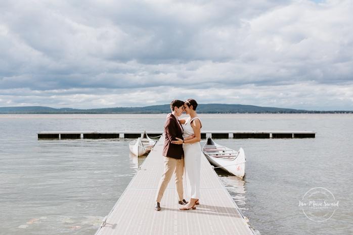 Same sex wedding photos. Lesbian wedding photos. Intimate summer camp LGBTQ+ wedding. Mariage au Cap-Saint-Jacques à Pierrefonds. Mariage LGBTQ+ à Montréal. Montreal LGBTQ+ wedding.