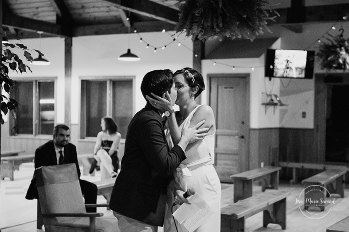 Emotional wedding reception speeches. Same sex wedding photos. Lesbian wedding photos. Intimate summer camp LGBTQ+ wedding. Mariage LGBTQ+ à Montréal. Montreal LGBTQ+ wedding.