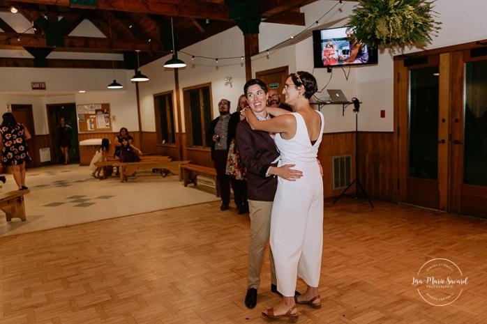 Brides' first dance wedding reception dance floor. Same sex wedding photos. Lesbian wedding photos. Intimate summer camp LGBTQ+ wedding. Mariage au Cap-Saint-Jacques à Pierrefonds. Mariage LGBTQ+ à Montréal. Montreal LGBTQ+ wedding.