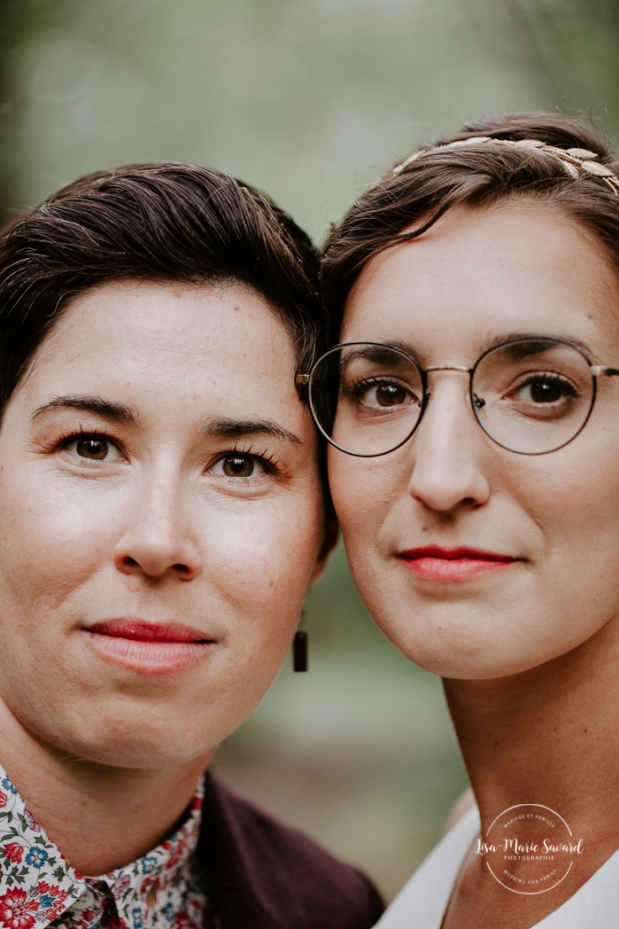 Same sex wedding photos. Lesbian wedding photos. Intimate summer camp LGBTQ+ wedding. Mariage au Cap-Saint-Jacques à Pierrefonds. Mariage LGBTQ+ à Montréal. Montreal LGBTQ+ wedding.