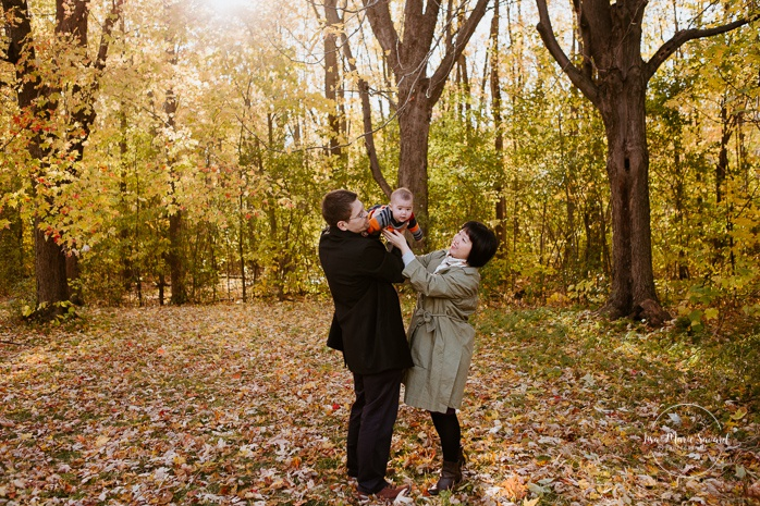 Fall family photos with Asian family. Fall family session. Minis séances d'automne à Montréal. Photos parc Angrignon. Photographe de famille à Montréal. Montreal family photographer