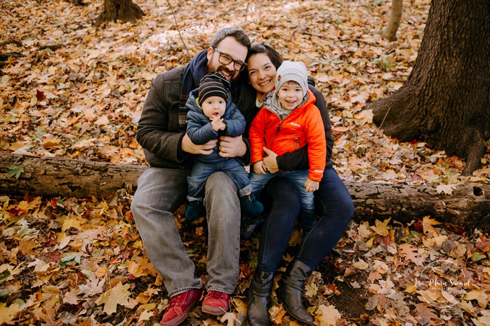 Fall family photos with two boys. Fall family session. Photo de famille en automne au parc Angrignon. Photographe de famille à Verdun LaSalle. Montreal family photographer