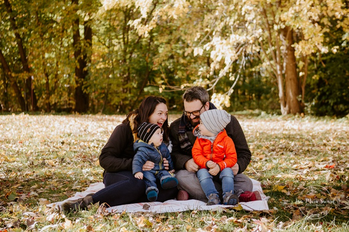 Fall family photos with two boys. Fall family session. Minis séances d'automne à Montréal. Photos parc Angrignon. Photographe de famille à Montréal. Montreal family photographer