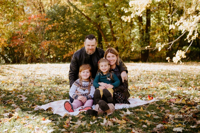 Fall family photos with two girls. Fall family session. Photo de famille en automne au parc Angrignon. Photographe de famille à Montréal. Montreal family photographer