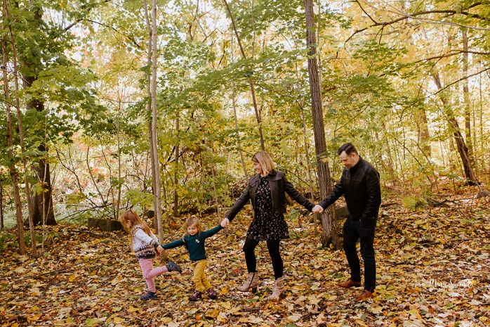 Fall family photos with two girls. Fall family session. Minis séances d'automne à Montréal. Photographe de famille à Montréal. Montreal family photographer
