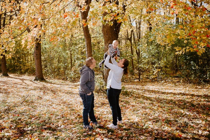 Fall family photos with one year old boy. Fall family session. Minis séances d'automne à Montréal. Photo parc Angrignon. Photographe de famille à Montréal. Montreal family photographer