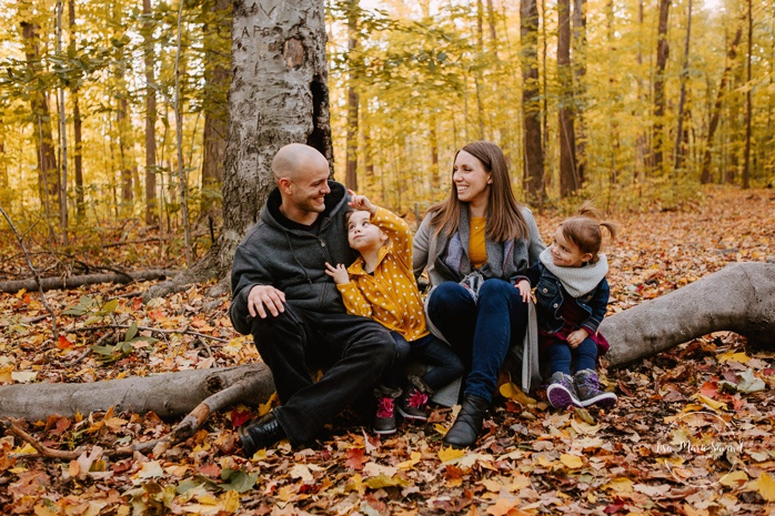 Fall family photos with two girls. Fall family session. Photos de famille en automne au parc Angrignon. Photographe de famille à Verdun LaSalle. Montreal family photographer