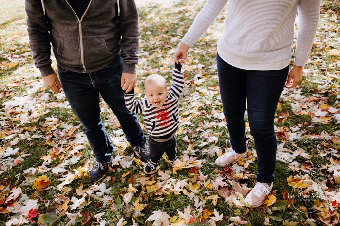 Fall family photos with one year old boy. Fall family session. Photos de famille en automne parc Angrignon. Photographe de famille à Montréal. Montreal family photographer