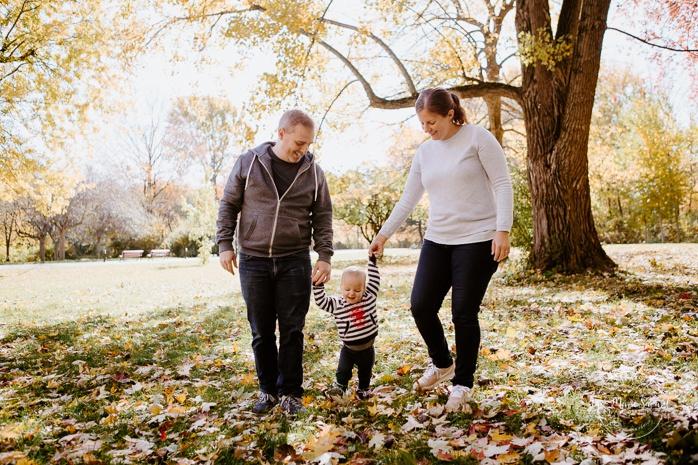 Fall family photos with one year old boy. Fall family session. Minis séances d'automne à Montréal. Photos parc Angrignon. Photographe de famille à Montréal. Montreal family photographer