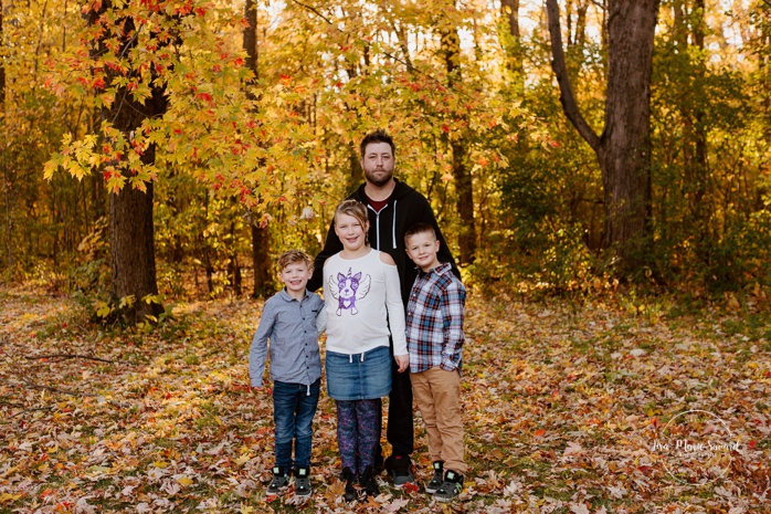 Fall family photos with pregnant mom and kids. Fall family session. Photos de famille en automne au parc Angrignon. Photographe de famille à Verdun LaSalle. Montreal family photographer
