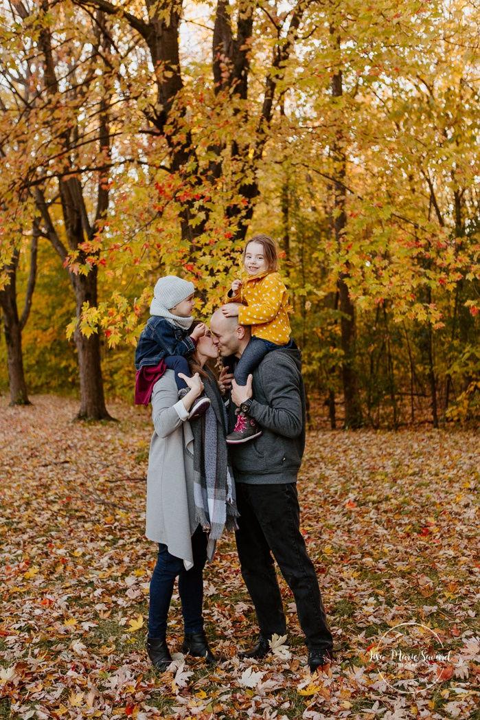 Fall family photos with two girls. Fall family session. Minis séances d'automne à Montréal. Photos parc Angrignon. Photographe de famille à Verdun LaSalle. Montreal family photographer