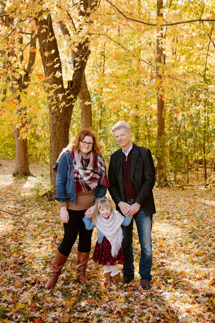 Fall family photos with toddler girl. Fall family session. Photos de famille en automne au parc Angrignon. Photographe de famille à Montréal. Montreal family photographer