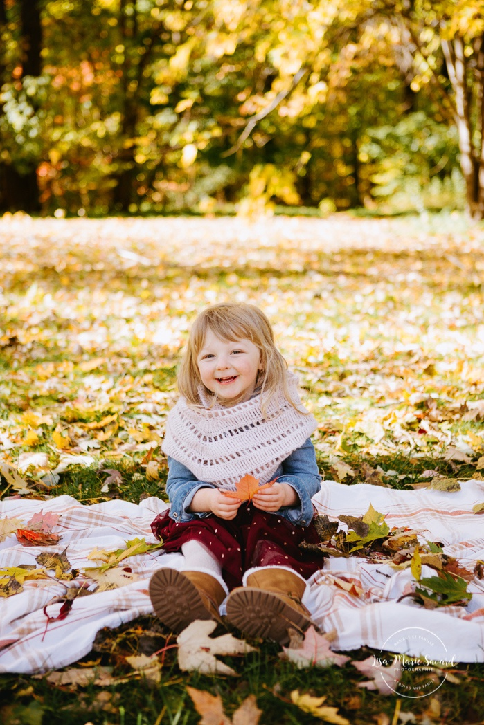 Fall family photos with toddler girl. Fall family session. Minis séances d'automne à Montréal. Photographe de famille à Montréal. Montreal family photographer