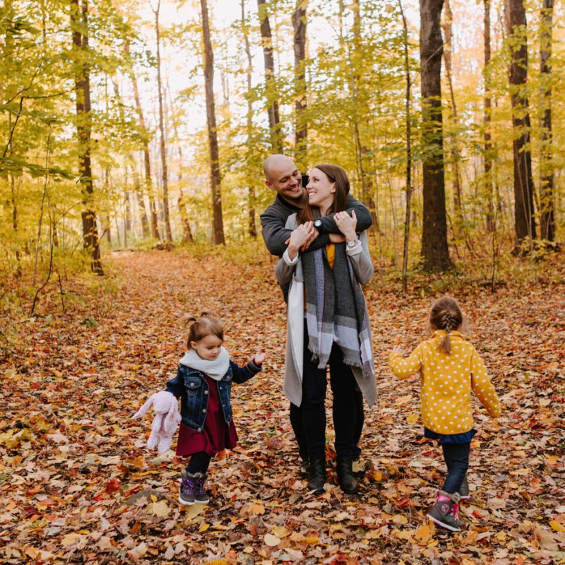 Fall engagement session with kids. Fall family session. Minis séances d'automne à Montréal. Photos parc Angrignon. Photographe de famille à Verdun LaSalle. Montreal family photographer