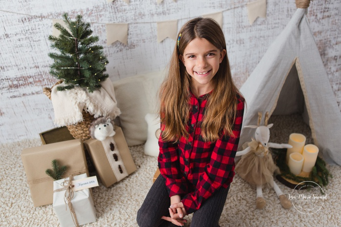 Christmas mini session ideas. Indoor Christmas boho decor. R2 Backdrops White Wash. Minis séance des Fêtes à Montréal. Photos de Noël en studio à Montréal. Montreal Christmas studio photos.